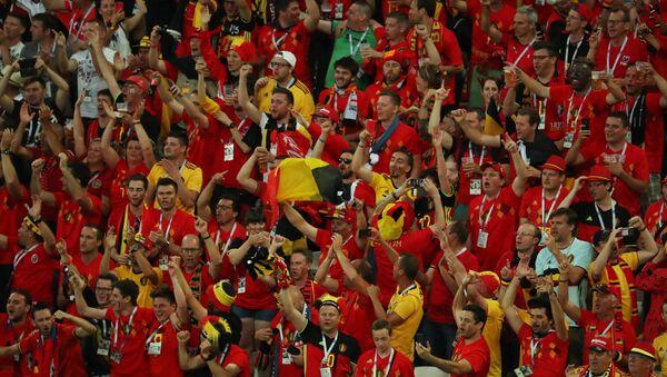 Болельщики сборной Бельгии во время матча группового этапа чемпионата мира по футболу между сборными Англии и Бельгии - Sputnik Азербайджан