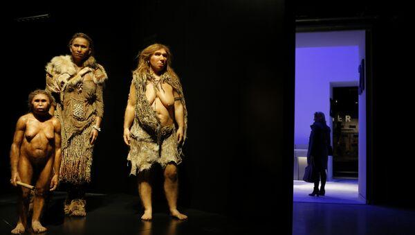 Фигуры древних людей в музее антропологии в в Лионе, Франция - Sputnik Азербайджан
