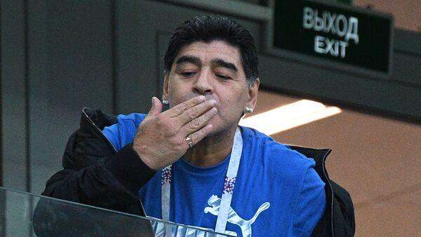 Футболист Марадона на зрительской трибуне во время матча группового этапа чемпионата мира по футболу между сборными Аргентины и Хорватии - Sputnik Азербайджан