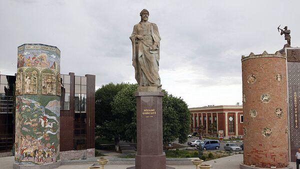 Памятник Низами Гянджеви в городе Гянджа - Sputnik Азербайджан
