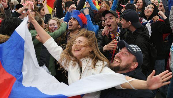 Болельщики празднуют победу сборной России - Sputnik Азербайджан