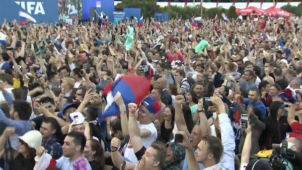 Победа над Испанией: радость российских болельщиков - Sputnik Азербайджан