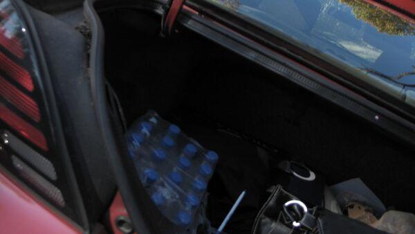 Avtomobilin yük yerindəki plastik butılkalarda su - Sputnik Azərbaycan