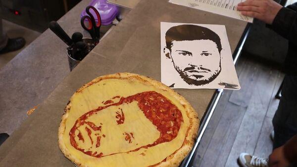 «Футбольные» пиццы делают в одном из ресторанов Петербурга - Sputnik Азербайджан