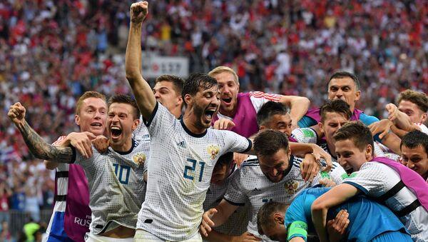 Игроки сборной России радуются победе в матче 1/8 финала чемпионата мира по футболу между сборными Испании и России - Sputnik Азербайджан