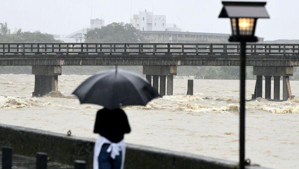 Мост Тоэцу на реке Кацура, разлившейся после сильного дождя в Киото, 6 июля 2018 года - Sputnik Азербайджан