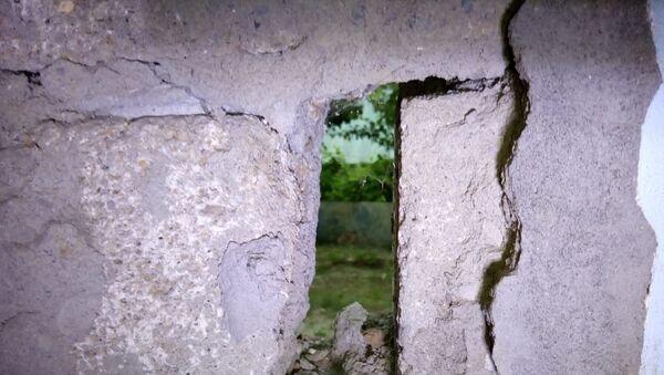 Дом, поврежденный в результате оползня в Шамахинском районе - Sputnik Азербайджан
