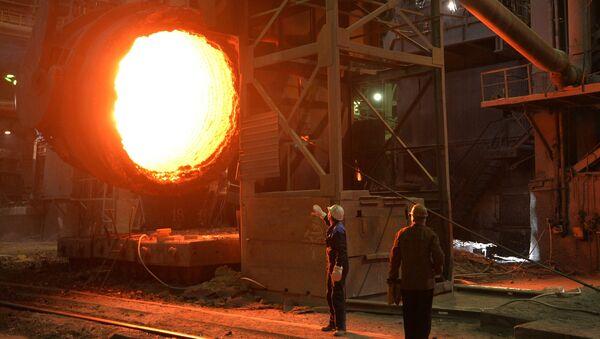 Рабочие в кислородно-конвертерном цехе металлургического комбината, фото из архива - Sputnik Азербайджан