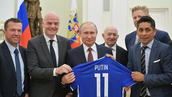 Президент РФ В. Путин встретился с легендами мирового футбола - Sputnik Азербайджан