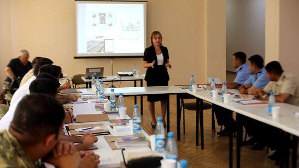 Представитель МККК Илаха Гусейнова на семинаре для военнослужащих - Sputnik Азербайджан