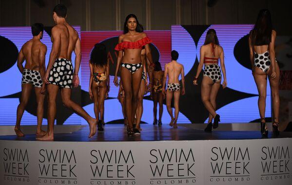 Модели представляют коллекцию Aviva на Неделе пляжной моды в Коломбо, Шри-Ланка - Sputnik Азербайджан