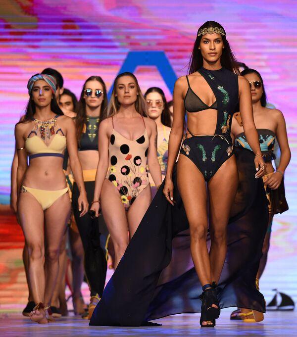 Модели представляют коллекцию Aqua Island на Неделе пляжной моды в Коломбо, Шри-Ланка - Sputnik Азербайджан