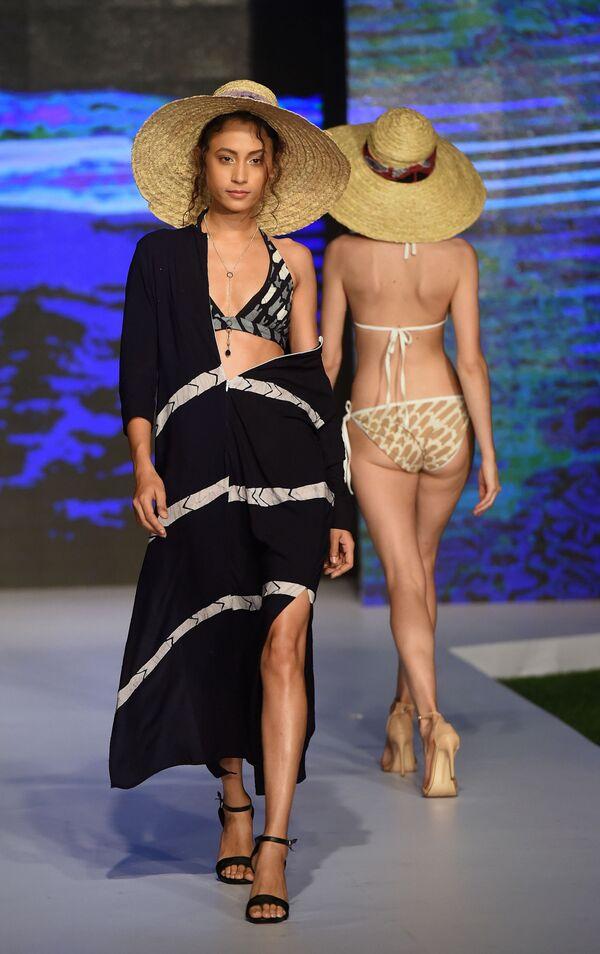 Модель представляет коллекцию дизайнера Lapard на Неделе пляжной моды в Коломбо, Шри-Ланка - Sputnik Азербайджан