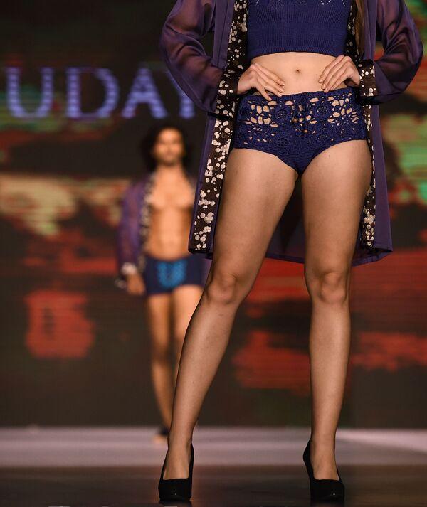Модель представляет коллекцию Udaya на Неделе пляжной моды в Коломбо, Шри-Ланка - Sputnik Азербайджан