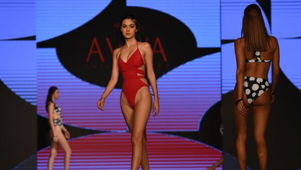 Модели представляют коллекцию бренда Aviva на Наделе пляжной моды в Коломбо, Шри-Ланка - Sputnik Азербайджан
