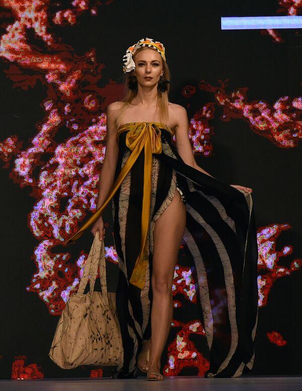 Модель представляет коллекцию бренда Dharmawardena на Наделе пляжной моды в Коломбо, Шри-Ланка - Sputnik Азербайджан
