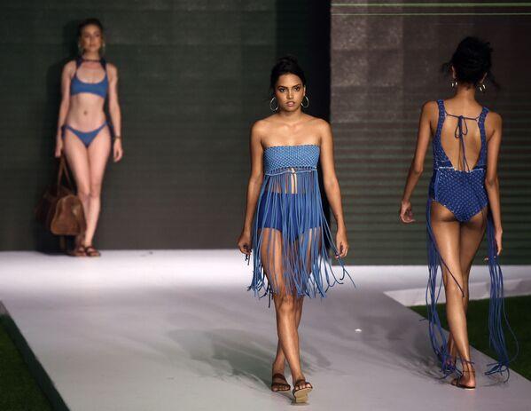 Модели представляют коллекцию дизайнера Lapard на Наделе пляжной моды в Коломбо, Шри-Ланка - Sputnik Азербайджан