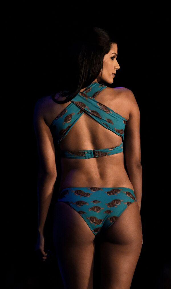 Модель представляет коллекцию бренда Aqua Island на Наделе пляжной моды в Коломбо, Шри-Ланка - Sputnik Азербайджан