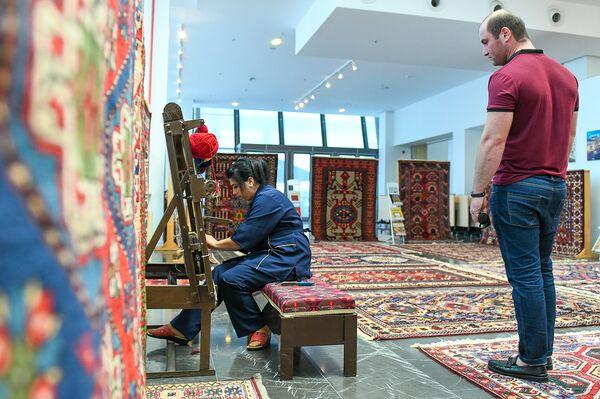 """Выставка ковров """"Умелые руки, волшебные нити"""" в Баку - Sputnik Азербайджан"""