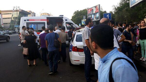 Люди у выхода станции метро Нариман Нариманов, 3 июля 2018 года - Sputnik Азербайджан