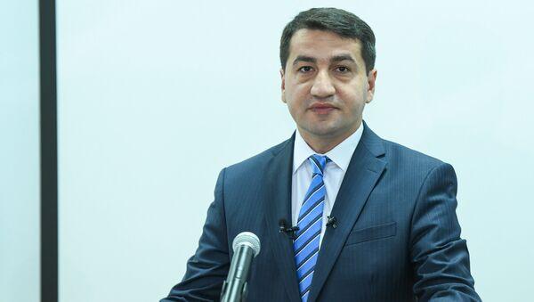 Официальный представитель министерства иностранных дел Азербайджана Хикмет Гаджиев в ходе пресс-конференции в Баку, 11 июля 2018 года - Sputnik Азербайджан