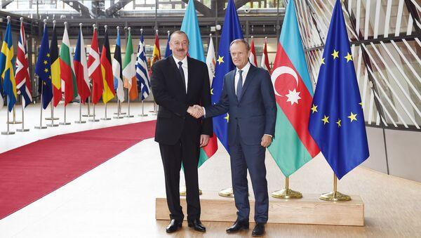 Президент Азербайджана Ильхам Алиев и глава Евросоюза Дональд Туск в Брюсселе - Sputnik Азербайджан