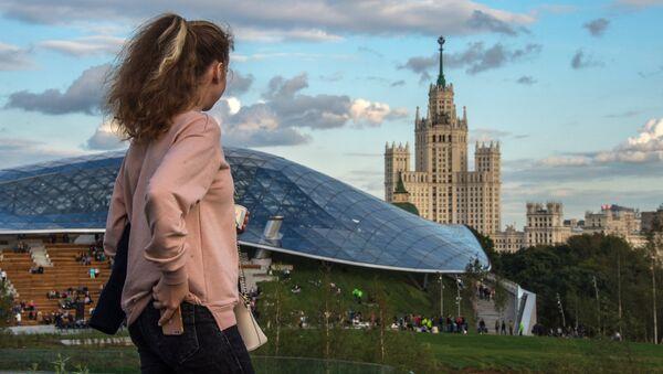 Девушка на фоне концертного зала Зарядье в Москве - Sputnik Азербайджан