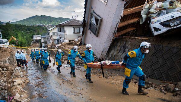 Спасатели и полиция у разрушенных домов в результате ливневых дождей в Японии - Sputnik Азербайджан