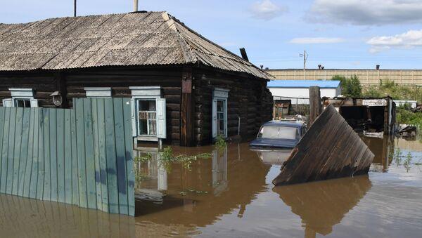 Частный дом в Чите, затопленный в результате притока воды в реке Читинка - Sputnik Azərbaycan