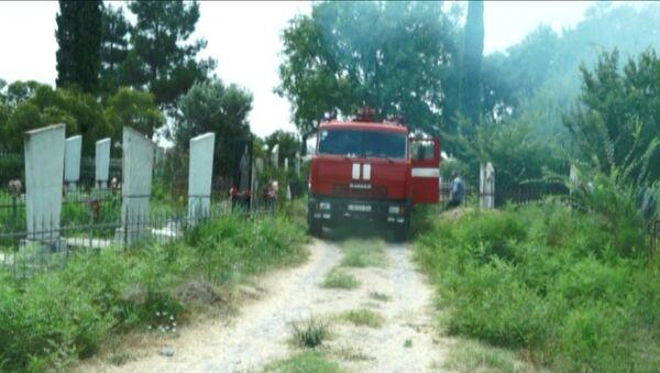 Автомобиль Бардинской районной службы Пожарной охраны МЧС АР на территории кладбища, где произошел пожар, 14 июля 2018 года - Sputnik Азербайджан