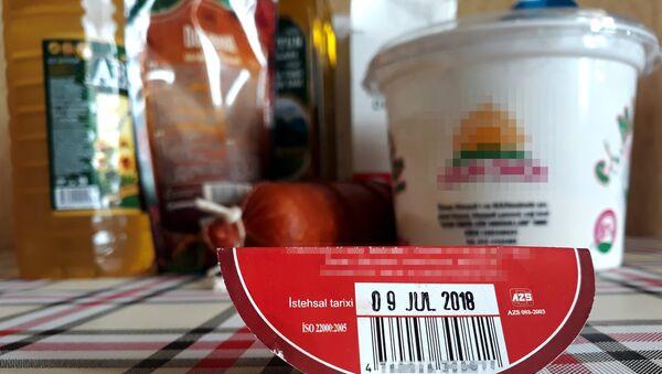 Этикетка с информацией на фоне продуктов питания, фото из архива - Sputnik Азербайджан