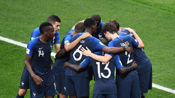 Игроки сборной Франции радуются забитому голу в финальном матче чемпионата мира по футболу между сборными Франции и Хорватии - Sputnik Азербайджан