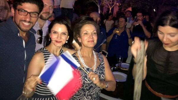 Посол Франции в Азербайджане Аурелия Бушез, третья слева, смотрит финальный матч чемпионата мира между сборными Франции и Хорватии. Баку, 15 июля 2018 года - Sputnik Азербайджан