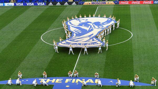 Эмблема чемпионата мира на церемонии закрытия ЧМ-2018 по футболу на стадионе Лужники в Москве - Sputnik Азербайджан