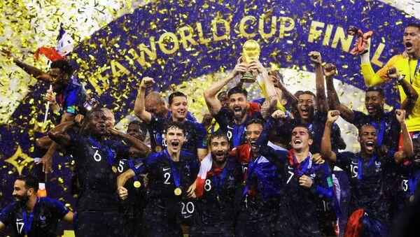 Игроки сборной Франции  на церемонии награждения победителей чемпионата мира по футболу 2018 - Sputnik Азербайджан