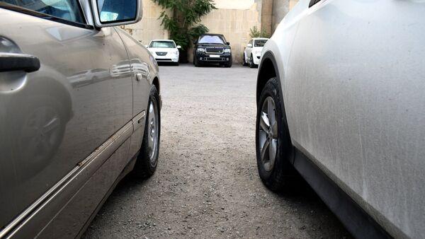 Припаркованные автомобили, фото из архива - Sputnik Азербайджан