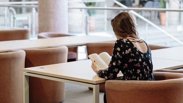 Молодая девушка за чтением книги, фото из архива - Sputnik Азербайджан