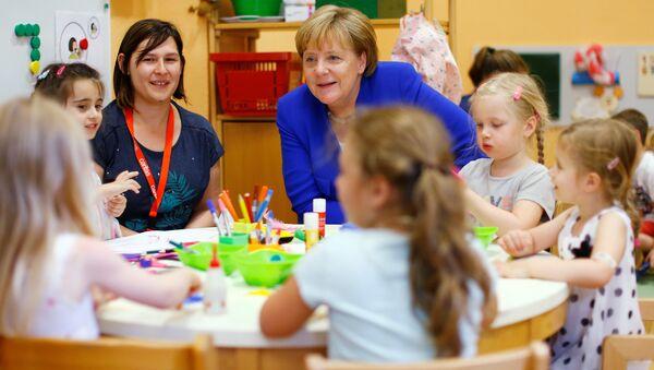 Канцлер Германии Ангела Меркель во время посещения детского сада в Кельне - Sputnik Азербайджан