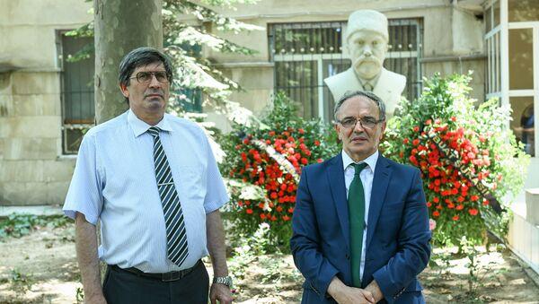 Руководитель Sputnik Азербайджан Азиз Алиев и председатель Советы прессы (СП), депутат Афлатун Амашов - Sputnik Azərbaycan