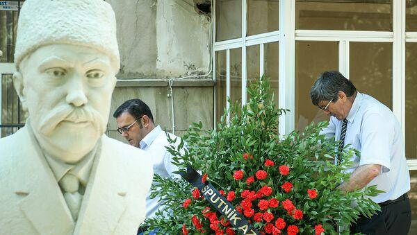 Sputnik Азербайджан совместно с Советом прессы посетили памятник Гасанбека Зардаби - Sputnik Азербайджан