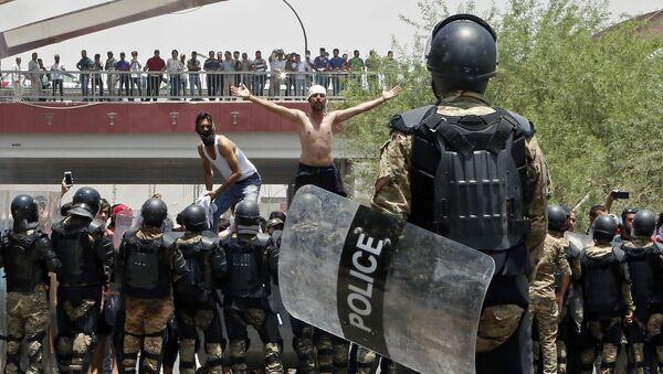 Акции протеста против безработицы и низкого уровня жизни в иракском городе Басра - Sputnik Азербайджан
