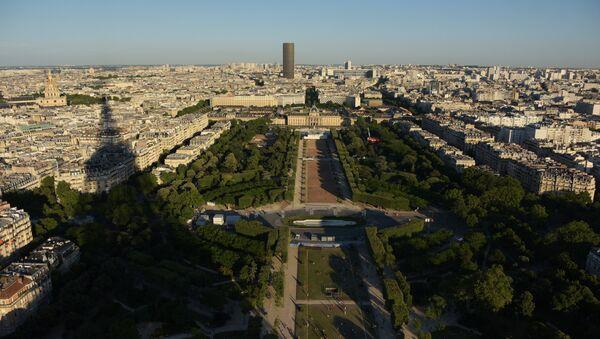 Вид на Марсово поле с Эйфелевой башни в Париже. На дальнем плане - небоскреб Башня Монпарнас - Sputnik Азербайджан