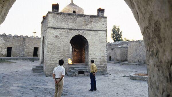 Атешгях — музей под открытым небом, храм вечного огня в Азербайджане, на Апшеронском полуострове, в 30 км от центра Баку, на окраине селения Сураханы. Атешгях в современном виде построен в 17—18-м веках - Sputnik Азербайджан