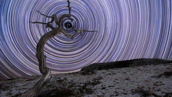 Работа Holding Due North фотографа Jake Mosher, вошедшая в шорт-лист конкурса Insight Investment Astronomy Photography of the Year 2018 - Sputnik Азербайджан