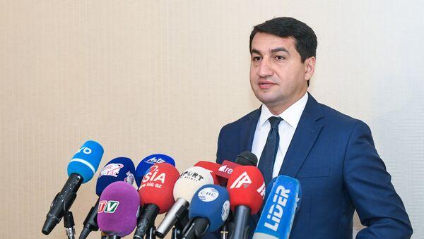 Официальный представитель министерства иностранных дел Азербайджана Хикмет Гаджиев в ходе пресс-конференции в Баку, 23 июля 2018 года - Sputnik Азербайджан