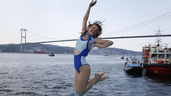 Украинская спортсменка во время Межконтинентального заплыва через Босфор - Sputnik Азербайджан