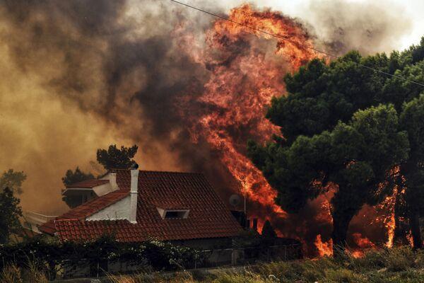 Загоревшийся в результате лесных пожаров жилой дом в окрестностях Афин - Sputnik Азербайджан