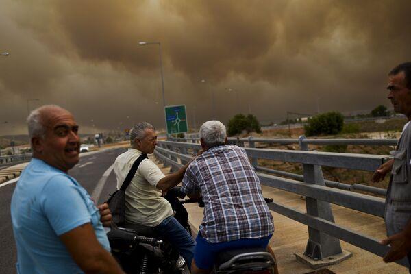Местные жители наблюдают с моста за лесными пожарами, бущующими в окрестностях Афин - Sputnik Азербайджан