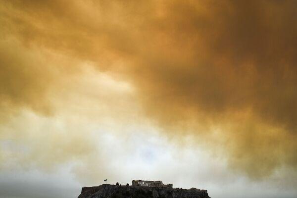 Дым от лесных пожаров в небе над Парфеноном в Афинах, Греция - Sputnik Азербайджан