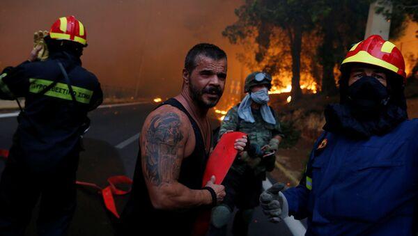 Пожарные, солдаты и добровольцы в зоне тушения лесных пожаров в окрестностях города Рафина рядом с Афинами - Sputnik Азербайджан